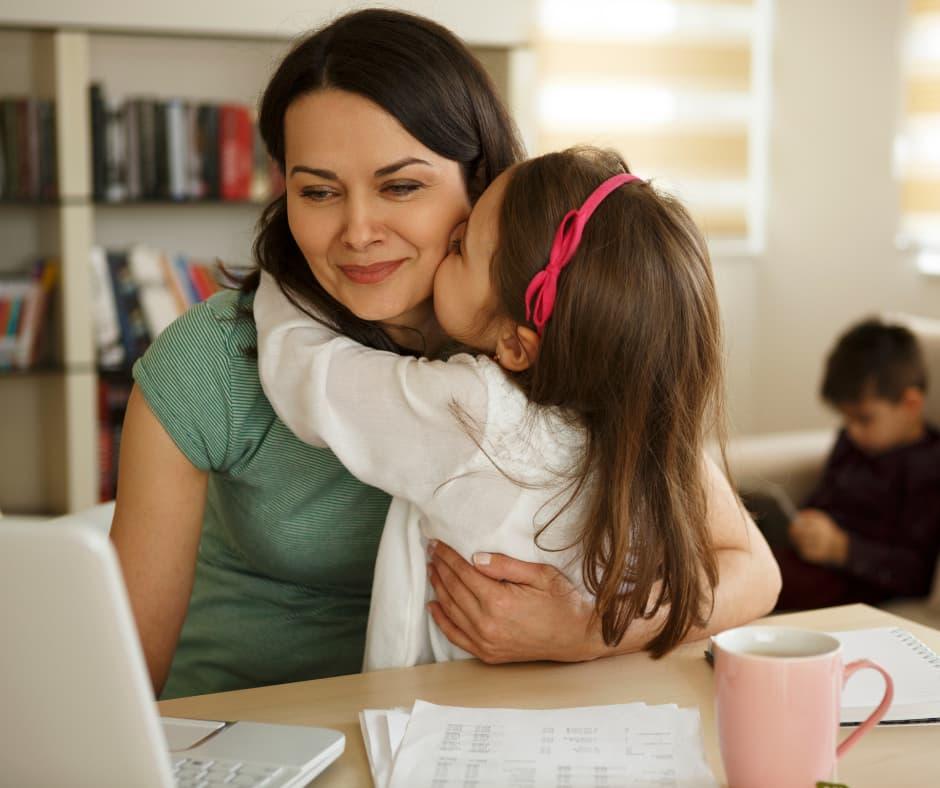 Mães que trabalham em casa com as crianças